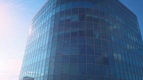 Luchtzonsondergangvideo van Commercieel van Moskou Internationaal centrum De camera die omhoog de wolkenkrabber` s voorgevel van  stock videobeelden