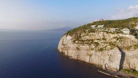 Luchtzonsondergangweergeven van het strand van de kustmeta van Sorrento, reisconcept, ruimte voor tekst, reis de vakantie aan van stock videobeelden