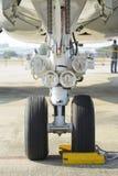 Luci anteriori del carrello di atterraggio e degli aerei Fotografia Stock Libera da Diritti