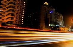 Luci, belle automobili alla notte Fotografia Stock