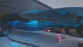 Luci blu che infiammano, primo piano del veicolo di emergenza Intercettore della polizia, ambulanza stock footage
