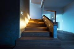Luci che illuminano le scala nell'interno moderno della casa fotografie stock libere da diritti