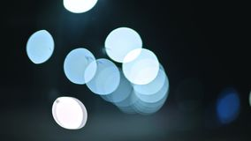 Luci colorate del bokeh nella città di notte cerchi commoventi dei segni delle luci dei semafori Punti culminanti Defocused di no stock footage