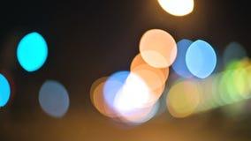 Luci colorate del bokeh nella città di notte cerchi commoventi dei segni delle luci dei semafori Punti culminanti Defocused di no archivi video