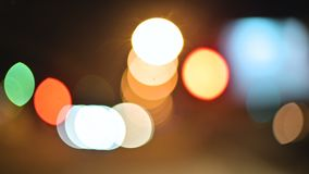 Luci colorate del bokeh nella città di notte cerchi commoventi dei segni delle luci dei semafori Punti culminanti Defocused di no video d archivio