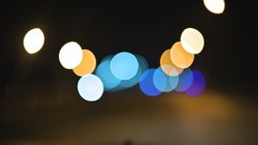 Luci colorate del bokeh nella strada campestre di notte cerchi commoventi delle luci della strada principale di traffico Strada D video d archivio