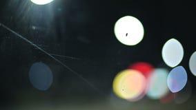 Luci colorate del bokeh nella strada campestre di notte cerchi commoventi delle luci della strada principale di traffico Strada D archivi video