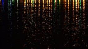 Luci colorate della città di notte sulla superficie dell'acqua Fotografie Stock Libere da Diritti