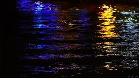 Luci Colourful dal pilastro sull'acqua archivi video