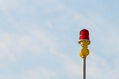 Luci d'avvertimento degli aerei rossi con il fondo del cielo blu Immagine Stock Libera da Diritti