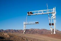 Luci d'avvertimento delle piste dell'incrocio di ferrovia del deserto del Mojave tre Fotografia Stock