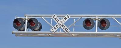 Luci d'avvertimento e segno dell'incrocio di ferrovia Immagine Stock Libera da Diritti