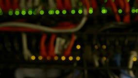 Luci Defocused dei server di dati funzionanti moderni con i cavi e le luci infiammanti del LED video d archivio