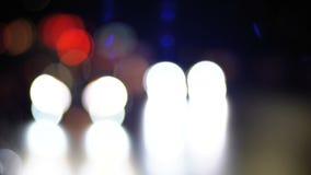 Luci Defocused del traffico cittadino di notte video d archivio