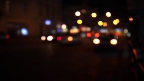 Luci Defocused del traffico cittadino di notte Bokeh vago colore di trasporto muoventesi e di rumore tipico della città archivi video