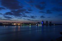 Luci del fiume della città di notte Fotografie Stock