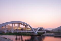 Luci del treno alla mattina sul ponte bianco Immagine Stock Libera da Diritti