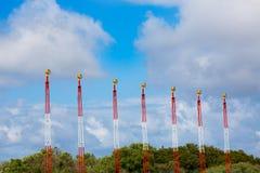 Luci dell'aeroporto per atterraggio di aerei sul blu Fotografie Stock