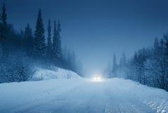 Luci dell'automobile e della strada di inverno Immagine Stock