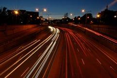 Luci dell'automobile sulla strada principale fotografie stock