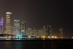 Luci dell'orizzonte del centro di Chicago di notte di estate immagini stock libere da diritti