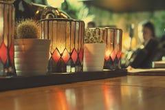 Luci della candela nella barra, interno accogliente Fotografie Stock Libere da Diritti
