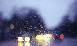 Luci della città attraverso la finestra fotografia stock