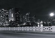 Luci della città dal ponte alla notte Immagini Stock Libere da Diritti