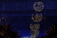 Luci della città di Natale sopra la via Fotografia Stock