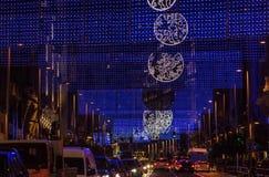 Luci della città di Natale sopra traffico della via Fotografie Stock