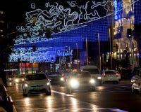Luci della città di Natale sopra traffico della via Fotografia Stock