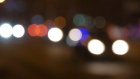 Luci della città di notte e fondo di traffico Dal fondo del fuoco con le luci unfocused confuse della città e le automobili di az archivi video
