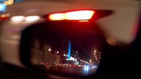 Luci della città di notte e fondo di traffico Riflessione nello specchio laterale dell'automobile stock footage