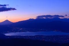 Luci della città di Suwa e del Mt Il monte Fuji all'alba Fotografie Stock Libere da Diritti