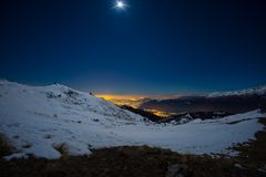 Luci della città di Torino, vista di notte dalle alpi innevate da luce della luna Costellazione di Orione e della luna, chiaro ci Fotografie Stock Libere da Diritti