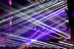 Luci della fase ad un concerto in tensione di EDM Fotografie Stock Libere da Diritti