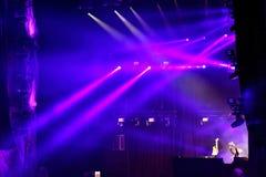 Luci della fase ad un concerto in tensione di EDM Immagine Stock