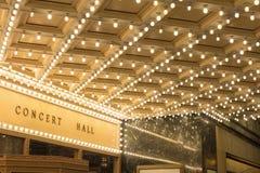 Luci della tenda foranea all'entrata del teatro di Broadway Immagine Stock