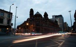 Luci delle automobili commoventi nelle vie di Manchester City in Engla Fotografie Stock
