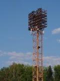 Luci dello stadio contro cielo blu Immagini Stock
