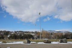 Luci dello stadio e del campo sportivo nell'inverno Immagini Stock Libere da Diritti