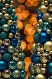Luci di Bokeh con le bagattelle di Natale immagine stock