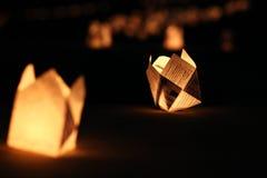 Luci di carta della candela che appendono sulla terra Fotografie Stock Libere da Diritti