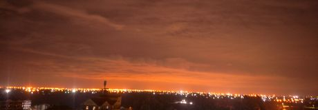 Luci di distanza di notte che splendono il cielo immagine stock