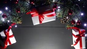 Luci di Natale blu brillanti di disposizione piana su fondo di legno con le decorazioni ed i regali di Natale stock footage