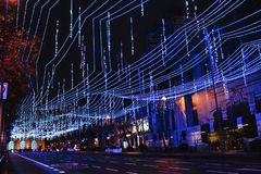 Luci di Natale blu sopra le vie di Madrid, Spagna fotografia stock libera da diritti