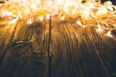 Luci di Natale con la tavola di legno vuota Concetto del nuovo anno o di Natale Fotografie Stock Libere da Diritti