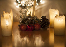 Luci di Natale, delle candele e decorazione con grande cereale Fotografia Stock