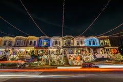 Luci di Natale di festa su costruzione in Hampden, Baltimora Maria immagine stock libera da diritti