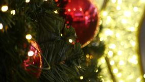 Luci di Natale luminose su un albero di Natale stock footage